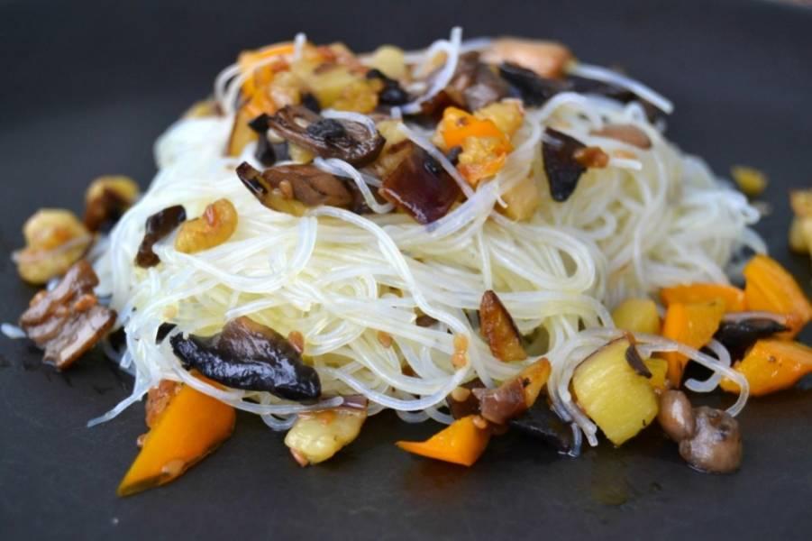 4. А теперь делим лапшу на порции, и каждую порцию присыпаем овощами и мясом с грибами. Приятного аппетита!