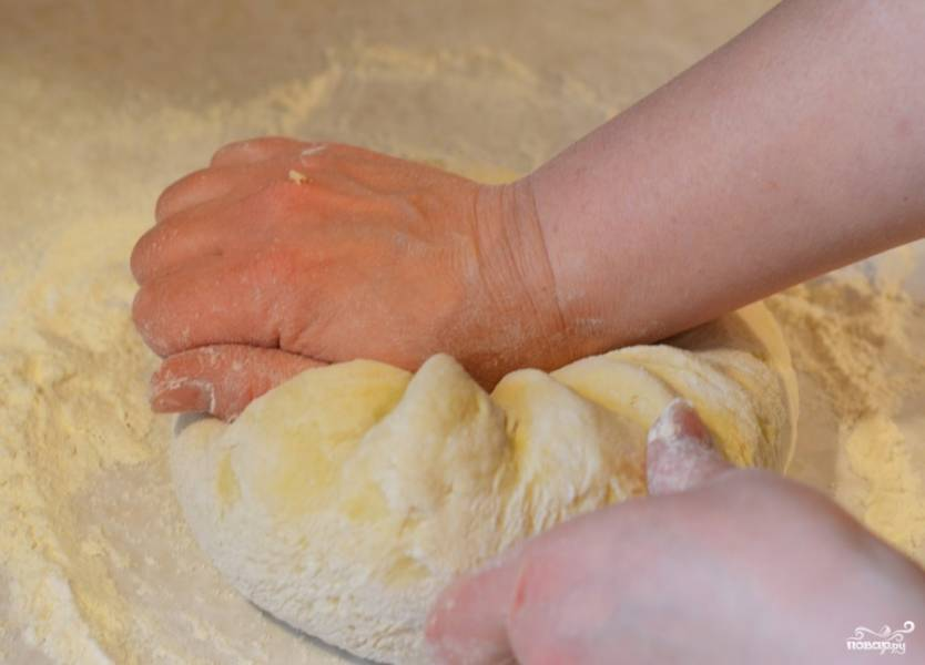1.Разогрейте молоко. Смешайте дрожжи 1/4 стакана с теплым молоком, добавьте 1/2 чайной ложки сахара и отложите в сторону. 2. Яйца взбить, добавить в молоко. 3. Добавить масло, соль, сахар и смесь дрожжей. 4. Если молочно-яичная смесь остынет, разогрейте ее на медленном огне, постоянно помешивая. Смесь должна быть теплой. 5. Добавить 3 стакана муки, хорошенько перемешайте деревянной ложкой. Переложите на доску посыпанную мукой и начинайте месить руками, пока вы не получите тесто, которое не прилипает к рукам.