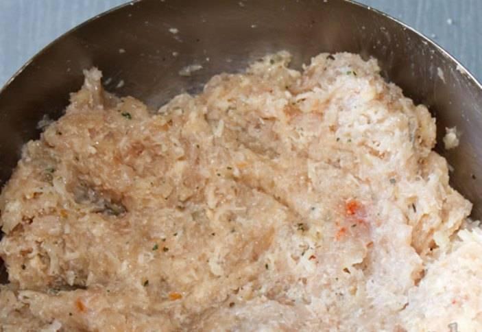 В фарш добавьте приправы по вкусу, соль, сметану, горчицу, сухари и натертый сыр. Хорошо перемешайте и поставьте в холодильник на 15 минут.