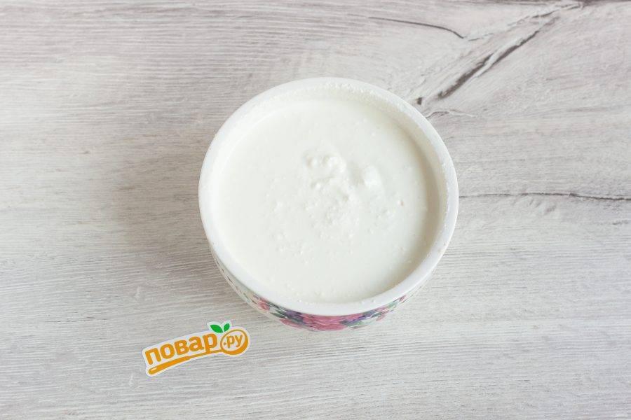 Желатин добавьте в сливки и немного нагрейте до растворения желатина. Соедините до однородной массы творог со сливками.
