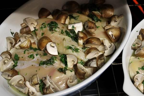 9. Отправить форму в разогретую духовку и запекать 40-50 минут, в зависимости от размера кусочков филе.