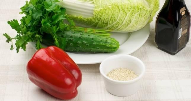 1. Пекинская капуста хорошо сочетается с остальными овощами, кунжутом, соевым соусом, отварными яйцами, сухариками и мясом. Наш рецепт максимально простой - салат из пекинской капусты с огурцом.