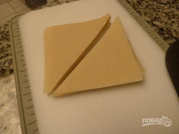 6.У меня было тесто для китайских пельменей (охлажденное). Разрезаю каждый лист по диагонали.