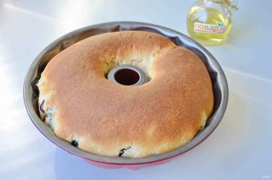 13. Готовый кекс остудите в форме. Переверните на тарелочку, украсьте сахарной пудрой.
