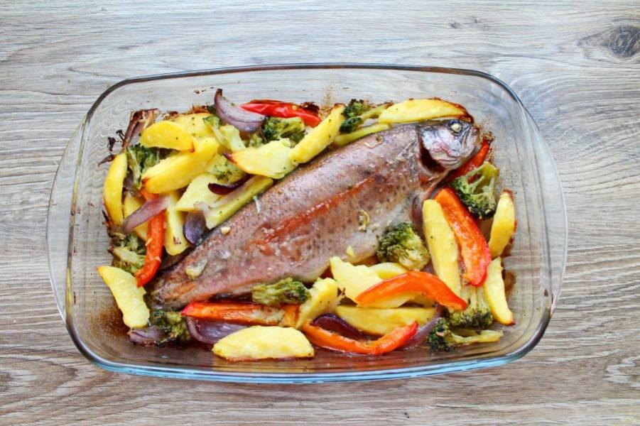 Поставьте в горячую духовку и запекайте в течение 30-40 минут, до готовности. Спустя время достаньте из духовки и сразу подавайте к столу.