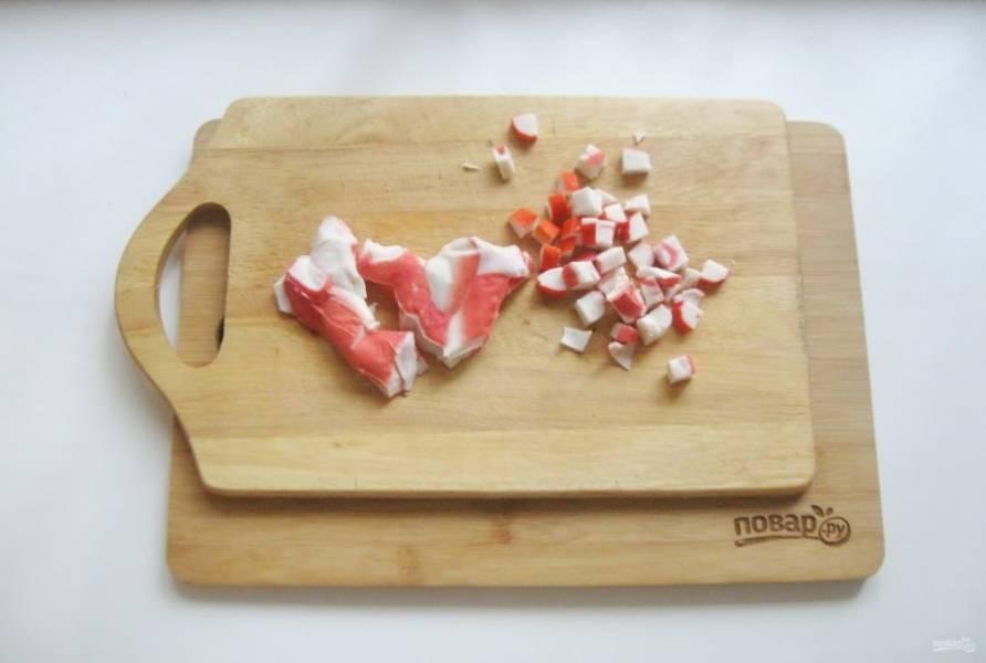 Крабовое мясо нарежьте кубиками, но не очень мелко.