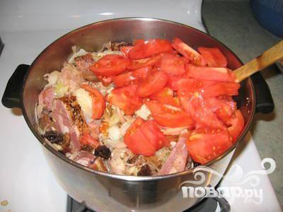 2.Когда капуста будет наполовину готова, добавить квашеную капусту, мясо и колбасы, помидоры, вино, лавровый лист, чернослив и грибы, а также воду, в которой они размачивались. Хорошо перемешать.