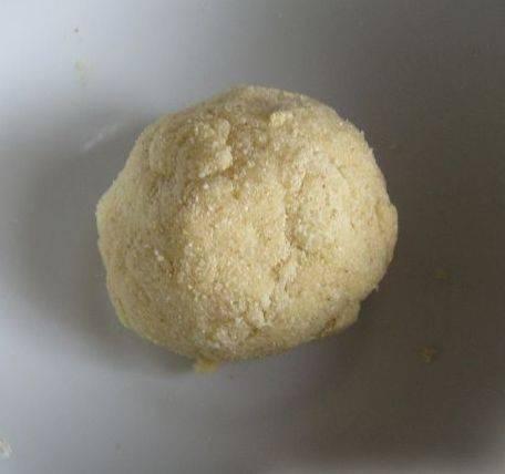 8. Теперь нужно сделать клецки. Я делала их так: соединила муку яйцо и соль и слепила небольшие шарики. Тесто получается как на лапшу.