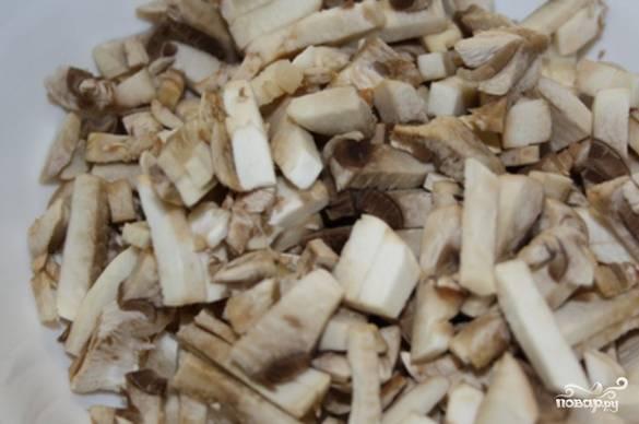 Очищенные грибы нарежьте небольшими кусочками.