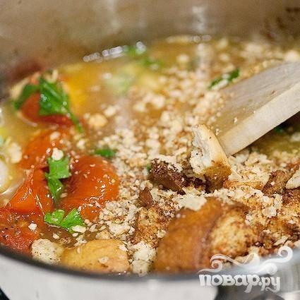 6. Добавить измельченный базилик и зелень петрушки, перемешать. Добавить горячий куриный бульон и сухарики, готовить без крышки в течение примерно 20 минут.