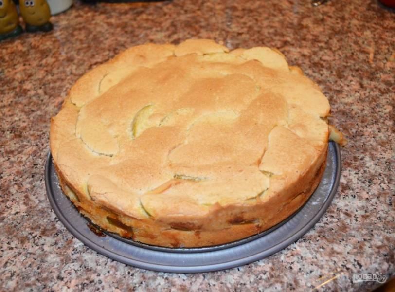 7. Пирог можно присыпать сахарной пудрой или украсить фруктами.