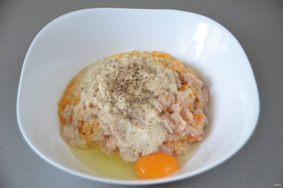 Перекрутите через мясорубку фарш из рыбного филе, обжаренных овощей и батона, лучше всего через мелкую решетку, желательно это сделать дважды. Вбейте яйцо, посолите, поперчите по вкусу, размешайте до однородности.