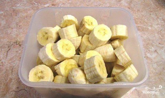 Бананы нарезать и сложить в пластиковые пакеты и отправить в морозилку на всю ночь.