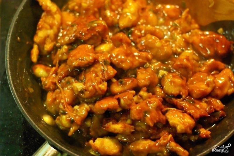 Затем в сковородку закидываем курицу, хорошенько перемешиваем и готово! :)