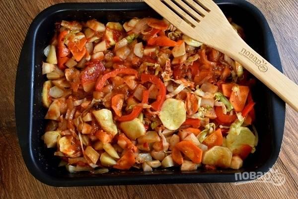 Посолите и поперчите по вкусу, добавьте томатный соус, перемешайте. Запекайте в разогретой духовке в течение 30-40 минут до готовности картофеля. За это время перемешайте 2 раза.