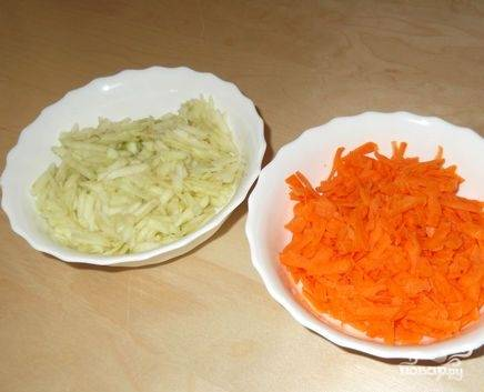 Очистите морковь и яблоко от кожуры. Натрите их на крупной терке.