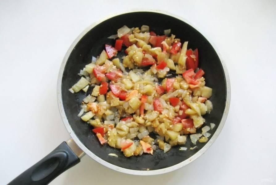 Посолите по вкусу и тушите овощи еще 3-4 минуты.