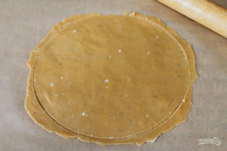 Каждый кусочек теста посыпаем мукой, кладем на пергамент и раскатываем тонко. Обрезаем по форме. Перекладываем вместе с пергаментом на противень и отправляем в духовку, разогретую до 180-190 градусов. Корж печется 5-6 минут.