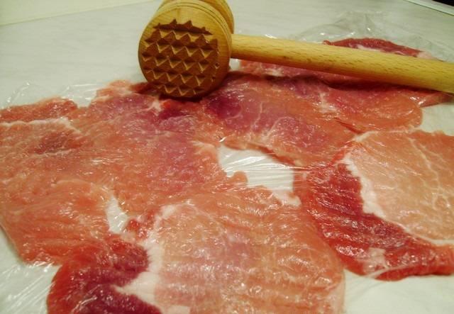 2. Аккуратно отбить мясо молоточком, однако не слишком тонко, чтобы свинина в процессе приготовления не высохла.