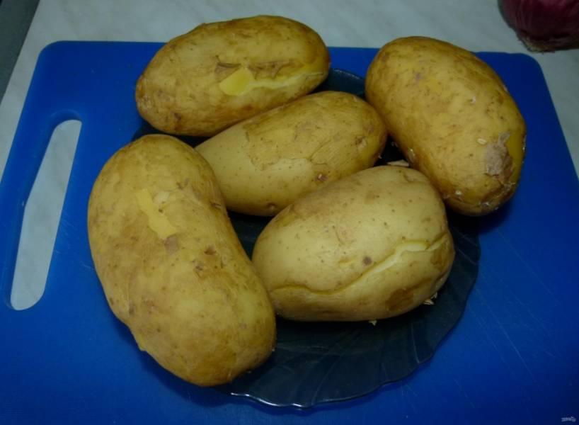 1.Картофель у меня молодой, хорошенько мою его и отвариваю, лучше немного не доварить, чем переварить.