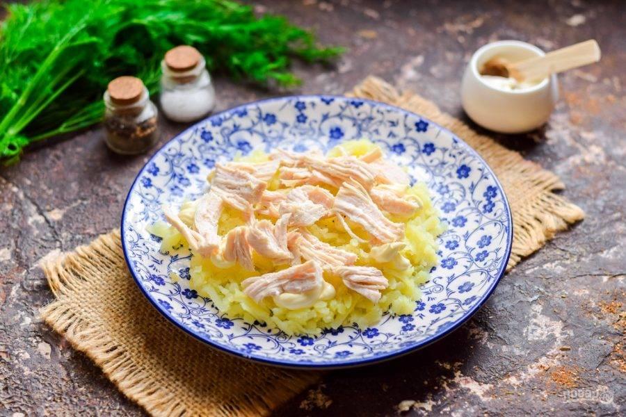 Куриное филе нарвите волокнами, выложите поверх картофеля.