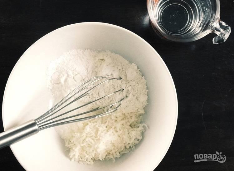 2.Смешайте все сухие ингредиенты, затем добавьте воду, чтобы получилось жидкое тесто (кляр).