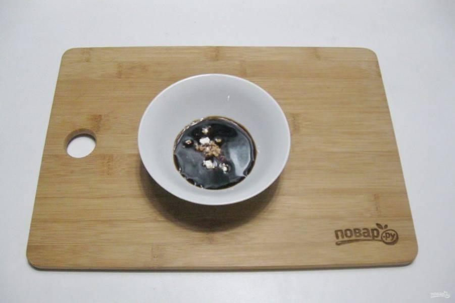 Приготовьте соус. В мисочку налейте соевый соус и добавьте крахмал, перемешайте.