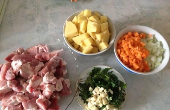Для начала все ингредиенты моем, чистим и режем. Я режу все крупно и на квадратики. Измельчаем зелень и чеснок.