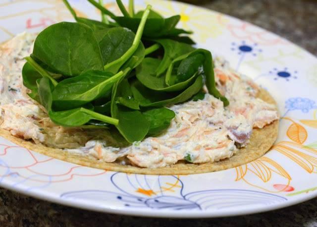 3. Полученной смесью смажьте лаваш, выложите свежий салат и заверните трубочкой. Затем оберните фольгой, пергаментной бумагой или пищевой пленкой. Охладите и подавайте.