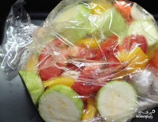 1.Все необходимые овощи моем и нарезаем на небольшие кусочки. Складываем все куски в рукав для запекания, наливаем подсолнечное масло, завязываем рукав и делаем несколько дырочек. Отправляем все в духовой шкаф на 60 минут, при температуре 180-190 градусов.