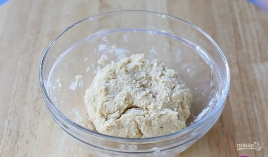 3.Добавьте желток и воду, замесите тесто.
