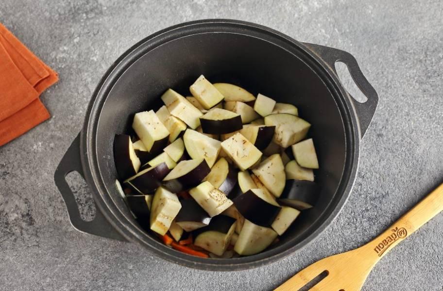 Добавьте нарезанные средними кусочками баклажаны.