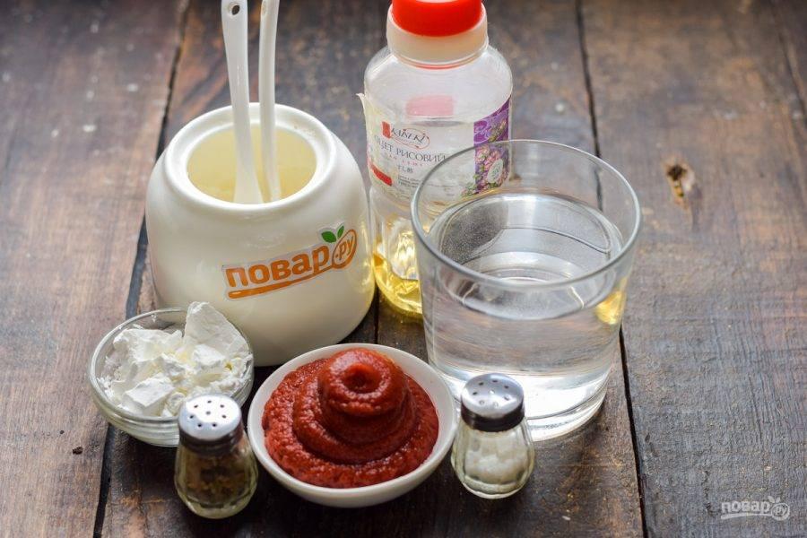 Подготовьте все ингредиенты. Если нет рисового уксуса, замените его смесью столового уксуса и соевого соуса — 50/50.