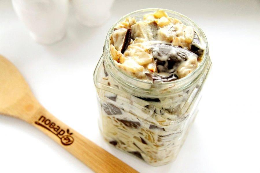 Разложите закуску в стерилизованные баночки подходящего объема. В кастрюлю налейте воду и положите на дно тряпочку. Поставьте банки с салатом, прикрыв их крышками и стерилизуйте после закипания воды 15 минут. Затем банки закатайте и дайте остыть при комнатной температуре.