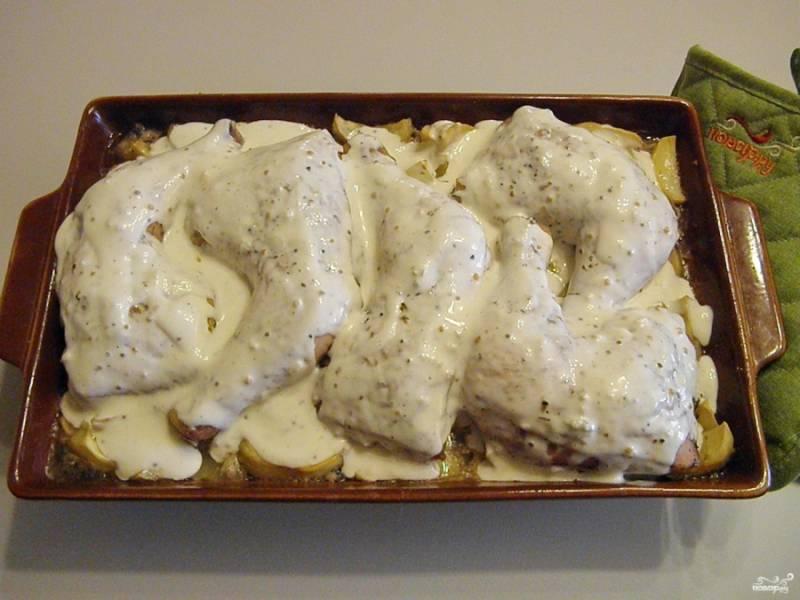Почти готовые окорочка полейте щедро соусом и верните в духовку еще на 15 минут.