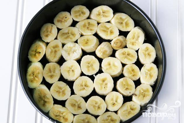 2. Выложить полученную шоколадную массу в форму для пирога и прижать ее к дну формы. Нарезать бананы на ломтики и выложить в один слой поверх шоколадной массы. Поставить  форму в морозильную камеру примерно на 10 минут.