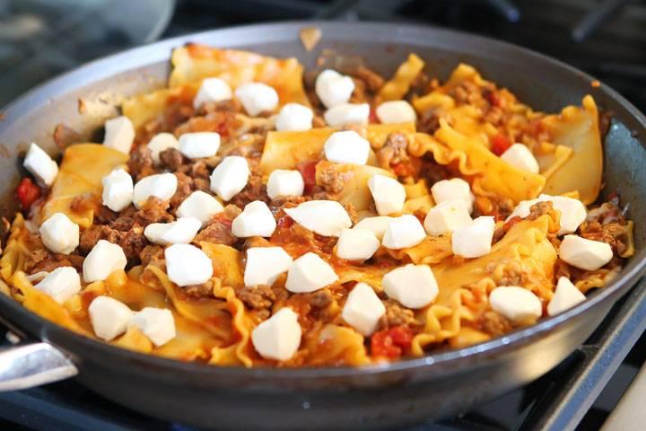 """Как только сыр немного разойдется, добавьте кусочки """"Моцареллы"""" и накройте крышкой, подождите пару минут и ваша лазанья готова!"""
