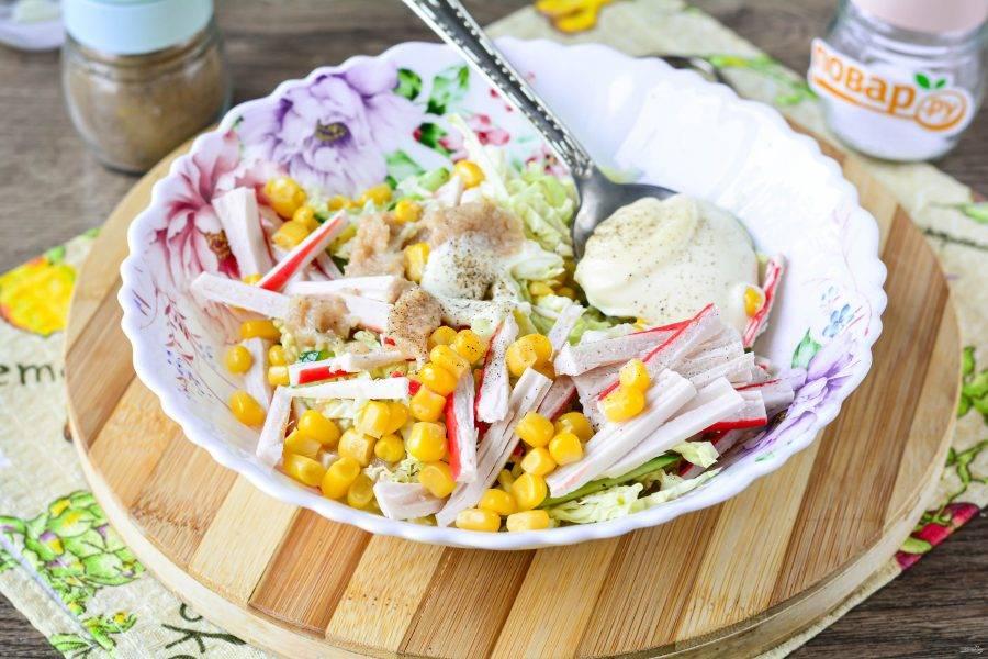 Добавьте в салат майонез, поперчите по вкусу, перемешайте тщательно. Солить не советую, так как икра мойвы уже хорошо посолена.