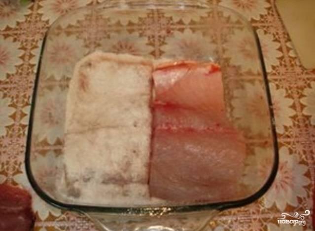 Таким образом отделите до конца филе, а косточки уберите. Нарежьте всё среднего размера кусочками и уложите в стеклянную посуду.
