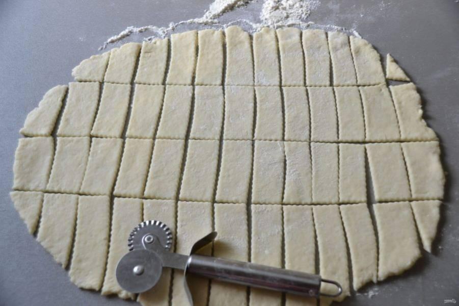 Раскатайте тесто в пласт, нарежьте на небольшие пластинки.