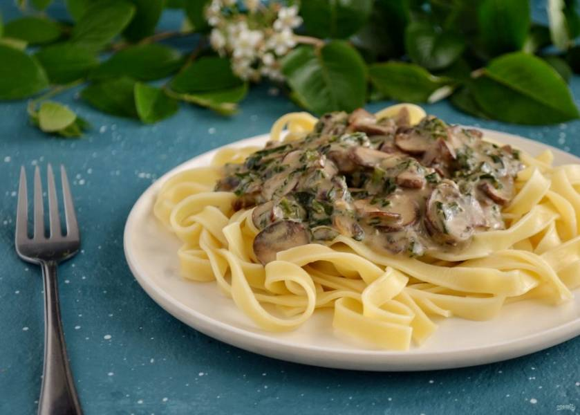 Сливочный шпинат с грибами готов, приятного аппетита!