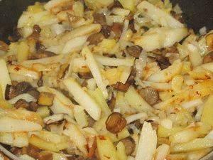 5. Тщательно перемешиваем и подаем порционно. Такие подосиновики, жареные с картошкой в домашних условиях получаются необычайно вкусными и в сочетании с картофелем и луком они образуют неповторимый аромат!