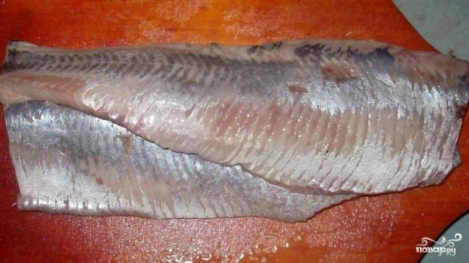 Разделить селедки на филе, вытянув кости (шкуру можно не снимать). Мелкие косточки убрать пинцетом.