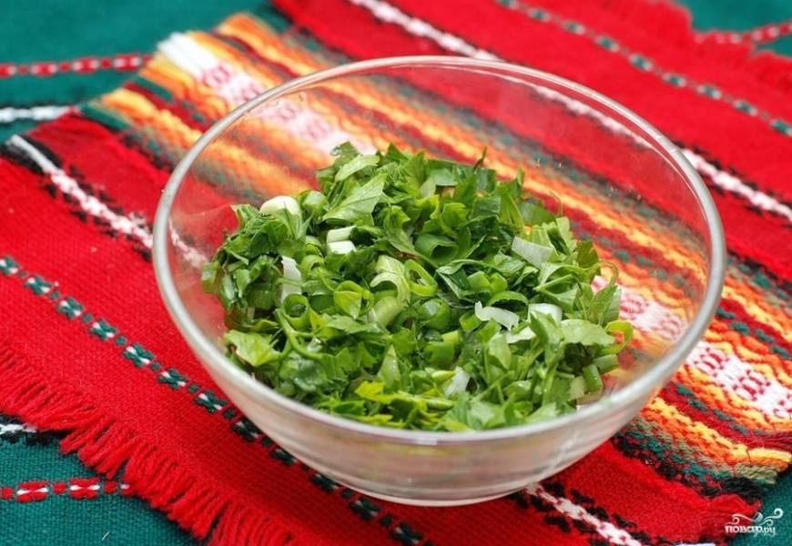 Зеленый лук и петрушку мелко нарезаем.