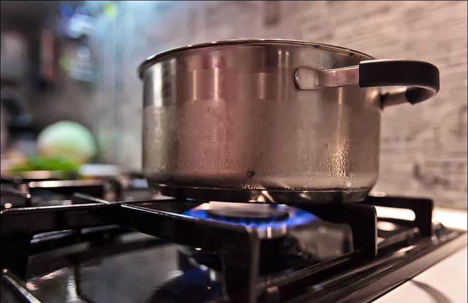 Для начала сварим мясной бульон, добавив перец и соль.