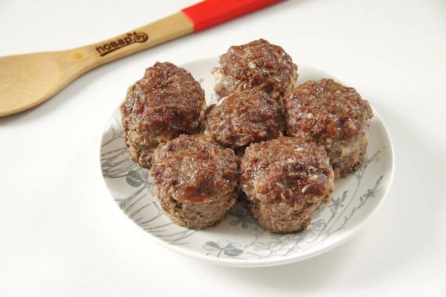 Готовьте мясные кексы с грибами и сыром при 180 градусах около 30 минут. Затем достаньте и переложите на тарелку.