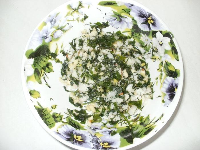 Перекладываем подготовленные ингредиенты в бульон. Сперва в кипящий бульон опускаем картофель и капусту, через 10 минут добавляем перец, морковь с луком и сельдереем, тушеную свеклу, соль и перец. Варим 10 минут. В самом конце добавляем измельченный чеснок, сало и зелень.