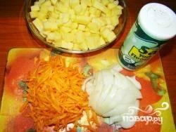 Нарезаем картофель, лук  и морковь так, как показано на фото.