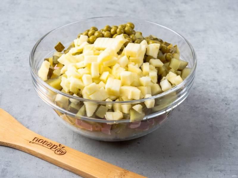 Половину яблока очистите от сердцевины и кожуры. Также нарежьте кубиками и добавьте в салат.