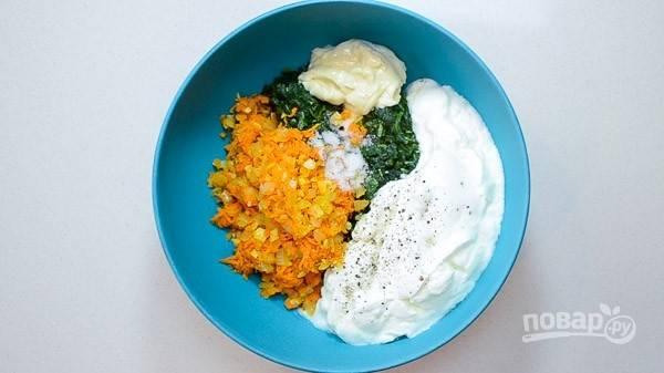 4. Соедините овощи с йогуртом, майонезом, солью и перцем.